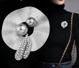 Vrouwelijke Zilverkleurige Grote Broches Met Grijze Imitatie Parel Broche